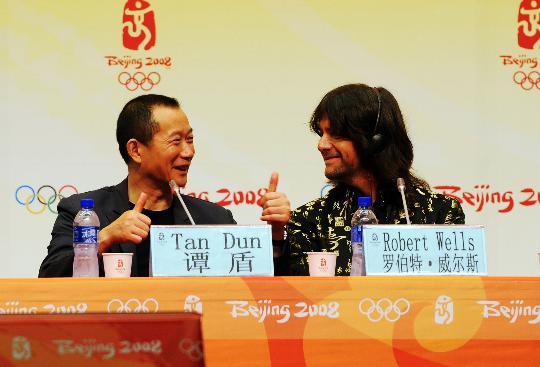 图文-奥运会颁奖仪式音乐发布 谭盾和威尔斯在交谈