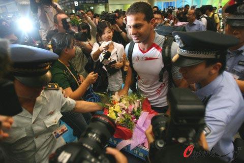 图文-伊拉克代表团抵京 海德尔-纳赛尔受到欢迎