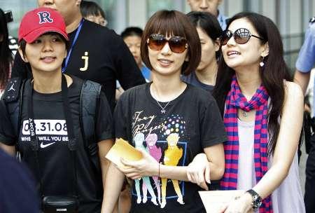 图文-S.H.E为北京奥运加油 三人一同亮相首都机场