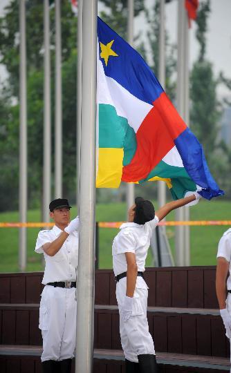 图文-各国代表团举行升旗仪式 中非代表团国旗升起