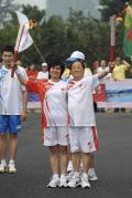 图文-奥运圣火北京次日传递 李潍左与陈媛交接