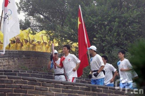 图文-北京奥运圣火在八达岭长城传递 第六棒王伟