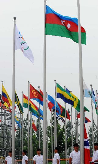 图文-各国举行升旗仪式 升旗手升起阿塞拜疆国旗