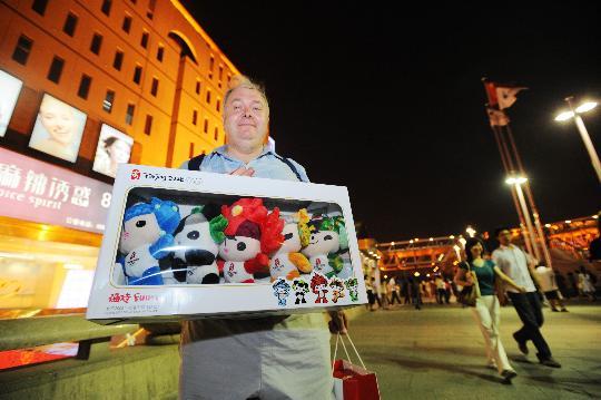 图文-北京奥运会倒计时24小时 比利时游客买福娃