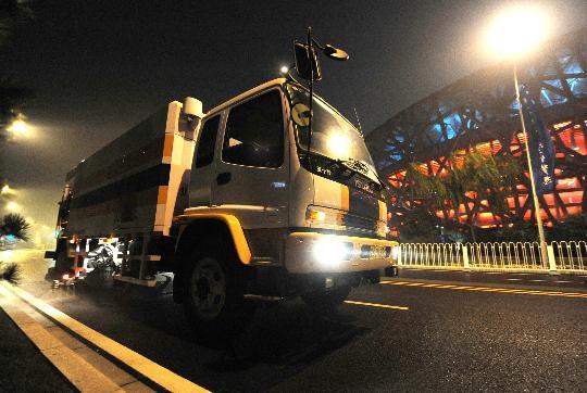 图文-北京奥运倒计时24小时 洒水车很是忙碌