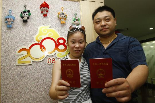 """图文-上海迎来""""奥运婚潮"""" 兴奋展示结婚证"""