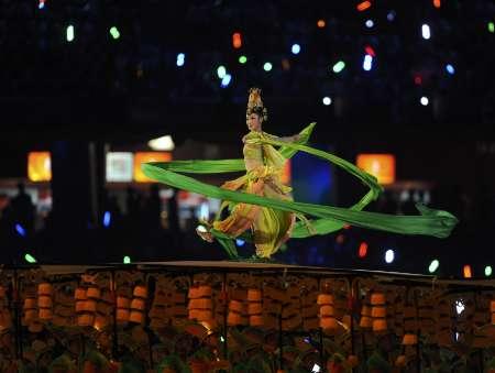 图文-北京奥运会开幕式盛大表演 盛装演员独舞