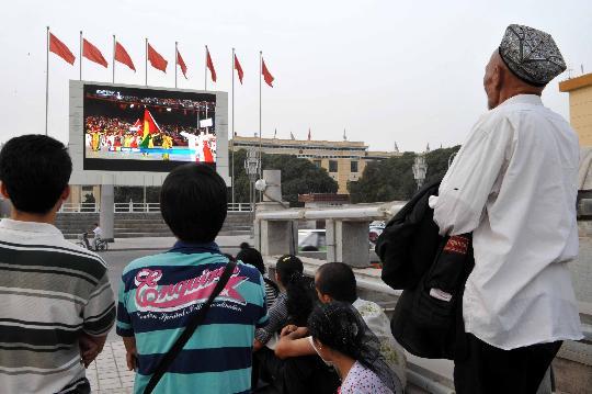 图文-各地群众喜迎北京奥运 喀什各族群众看直播