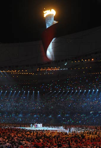 图文-李宁点燃北京奥运主火炬 万众瞩目圣火点燃