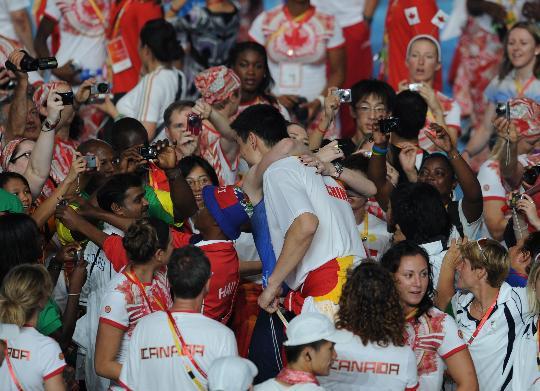 图文-北京奥运会闭幕式举行 姚明与杰克逊热情拥抱