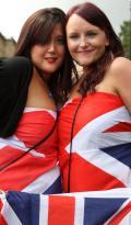 图文-伦敦狂欢迎接2012年奥运会 美女身披国旗庆祝