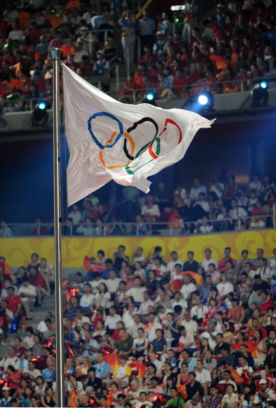 图文-2008北京奥运会闭幕式 五环旗帜在鸟巢飘扬