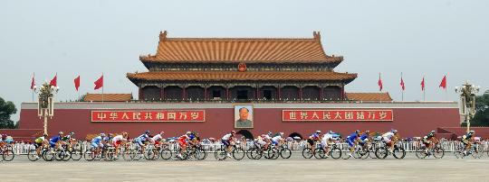 图文-公路自行车男子大组赛 天安门的激烈争夺