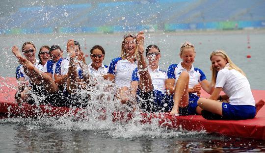 图文-英国赛艇队员水边秀 8美戏水