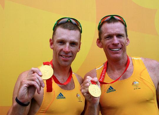 图文-男子双人单桨无舵手决赛 冠军选手展示奖牌