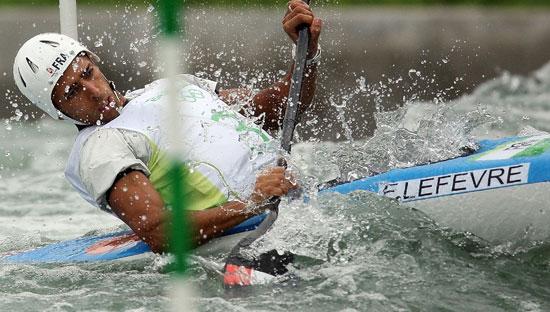 图文-奥运会11日皮划艇激流回旋赛况 顺着水势来