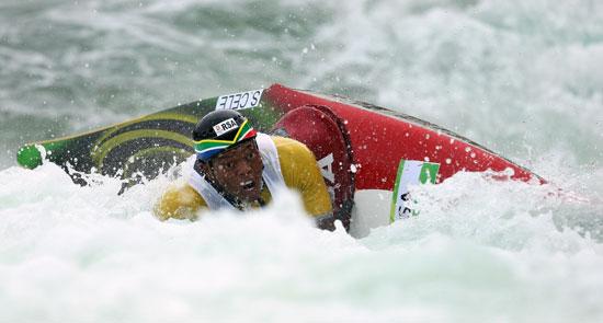图文-奥运会11日皮划艇激流回旋赛况 艇翻了