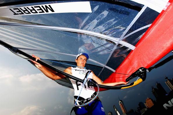 图文-奥运会帆船12日各级别比赛 扛着帆船前行