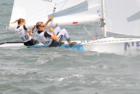 图文-女子双人艇470级决赛赛 两人合力拉帆