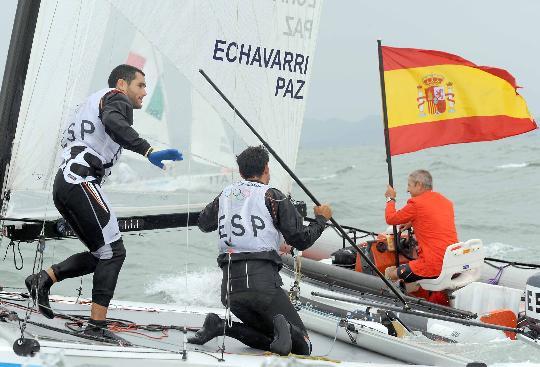 图文-西班牙选手获托纳多级冠军 把国旗借我用用