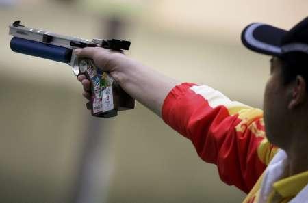 图文-男子10米气手枪决赛 庞伟屏住呼吸瞄准射击