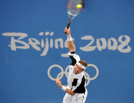 图文-奥运网球男单首轮11日赛况 比约克曼准备发球