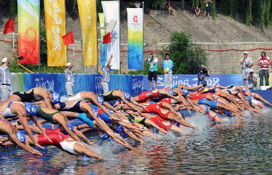 图文-女子组决赛在十三陵举行 一齐入水