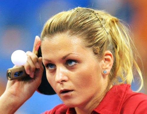 图文-乒乓球女单预赛 盯准小球跑不了