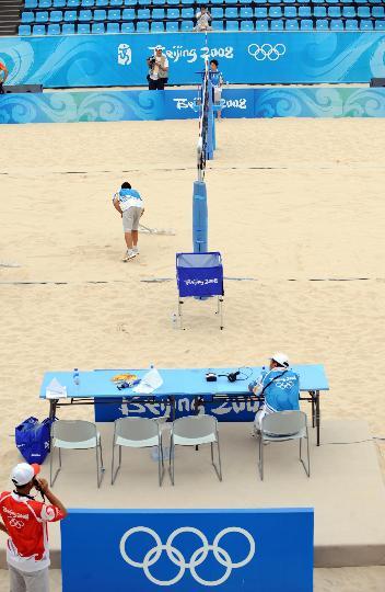 图文-朝阳公园沙排场准备就绪 志愿者整理场地