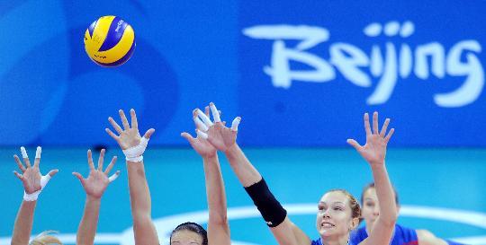 图文-女排预赛巴西胜俄罗斯 三人合力网前拦截