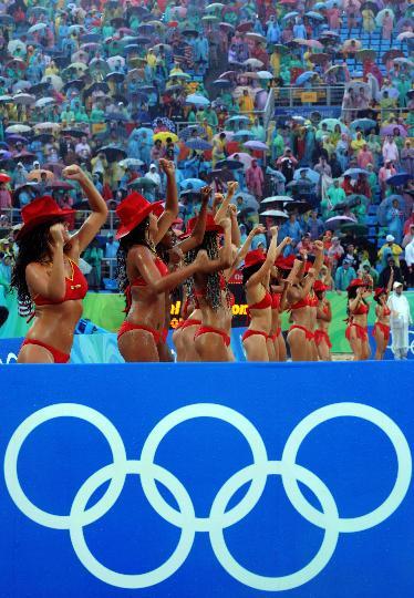 图文-奥运沙排宝贝雨中激情 大雨浇不灭的激情