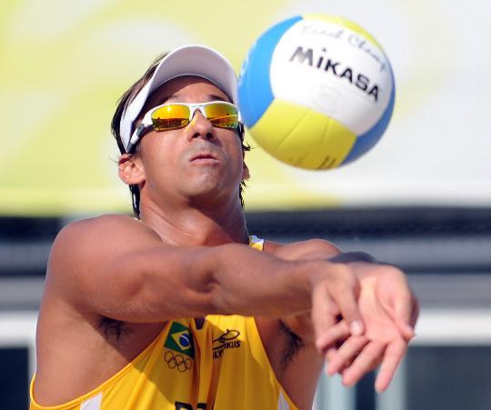 图文-巴西选手获铜牌 桑托斯在比赛中垫球