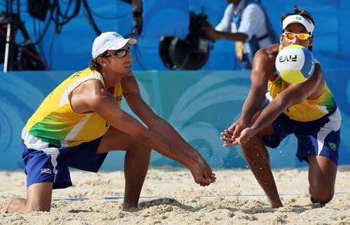 图文-男子沙排巴西摘铜  比赛中垫球