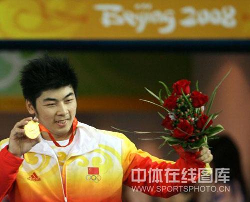 图文-举重85公斤级陆永夺金 金牌与鲜花同在