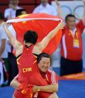 图文-女子摔跤72KG王娇夺金 教练抱起奥运冠军