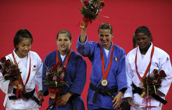 图文-奥运柔道女子48公斤级 前三名得主出席颁奖仪式