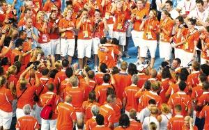 荷兰运动员闭幕式现场求婚 万人见证幸福时刻(图)