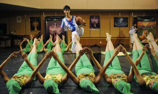 图文-残疾人艺术团准备文艺表演 舞蹈《秧苗青青》