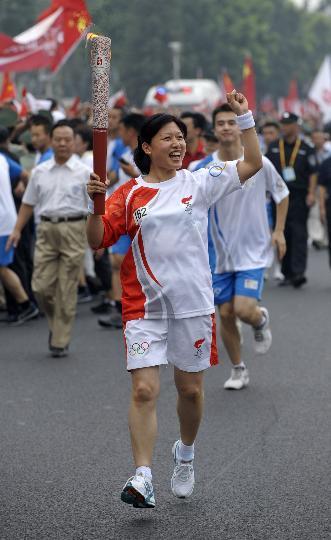 图文-奥运圣火在北京首日传递 火炬手李梅传递