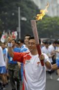 图文-奥运圣火在北京首日传递 火炬手张亚勤