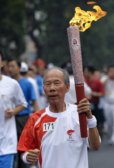 图文-奥运圣火在北京首日传递 火炬手谢亮传递