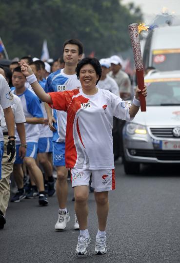 图文-奥运圣火在北京首日传递 火炬手秦小宝