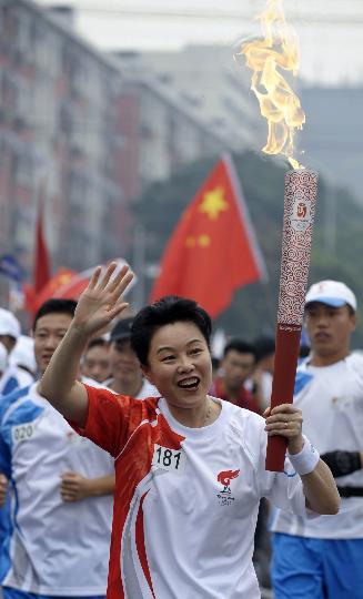 图文-奥运圣火在北京首日传递 火炬手晓敏在传递