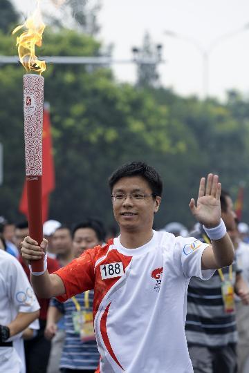 图文-奥运圣火在北京首日传递 火炬手李�在传递