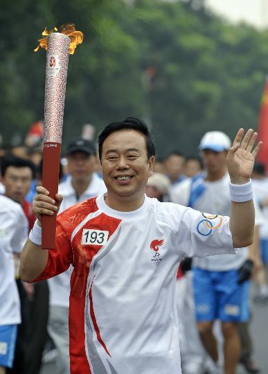 图文-奥运圣火在北京首日传递 火炬手郭稳才