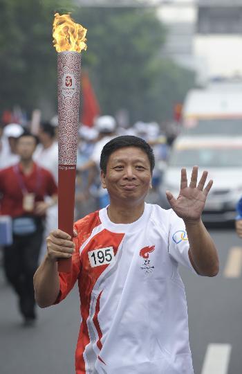 图文-奥运圣火在北京首日传递 火炬手沈乃宏