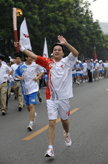 图文-奥运圣火在北京首日传递 火炬手郭建军
