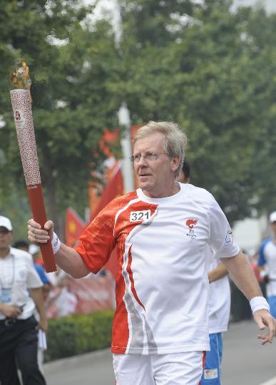 图文-奥运圣火在北京首日传递 火炬手桑迪-霍尔韦