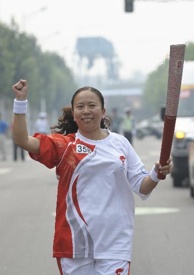 图文-奥运圣火在北京首日传递 火炬手郭燕红