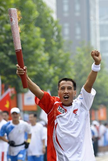 图文-奥运圣火在北京首日传递 火炬手高凤林
